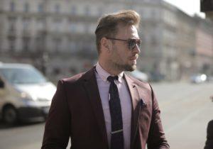 homem usando prendedor de gravata