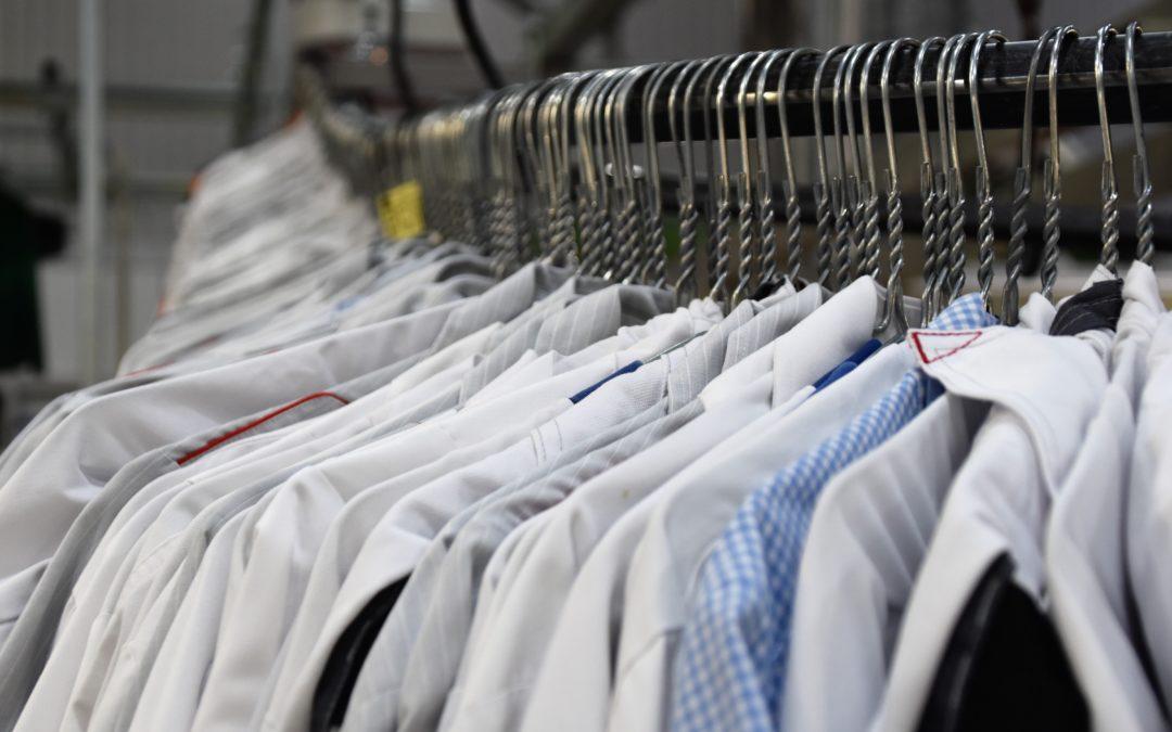 Como lidar com manchas em camisas masculinas?